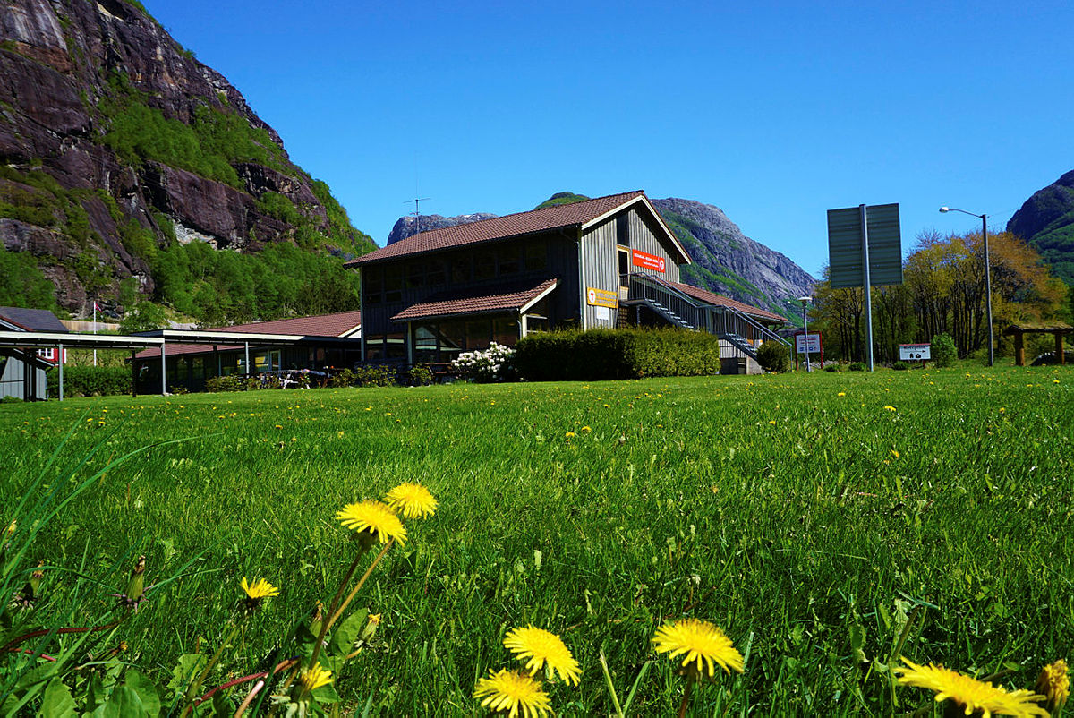 GOD PLASS: Uteområdet på Lysefjorden Turisthytte er stort. Her er det både trampoline og klatrestativ.