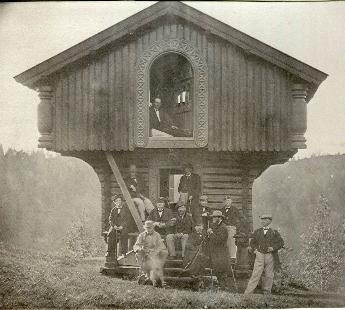 Thomas Heftye (til høyre) med venner utenfor stabburet på Sarabråten.
