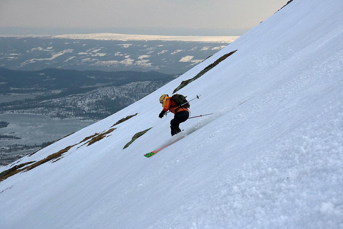 Bilde 3: Renata Nyquist på ski ned fra Skogshorn i Hemsedal.  Foto:  Geir Jørgensen