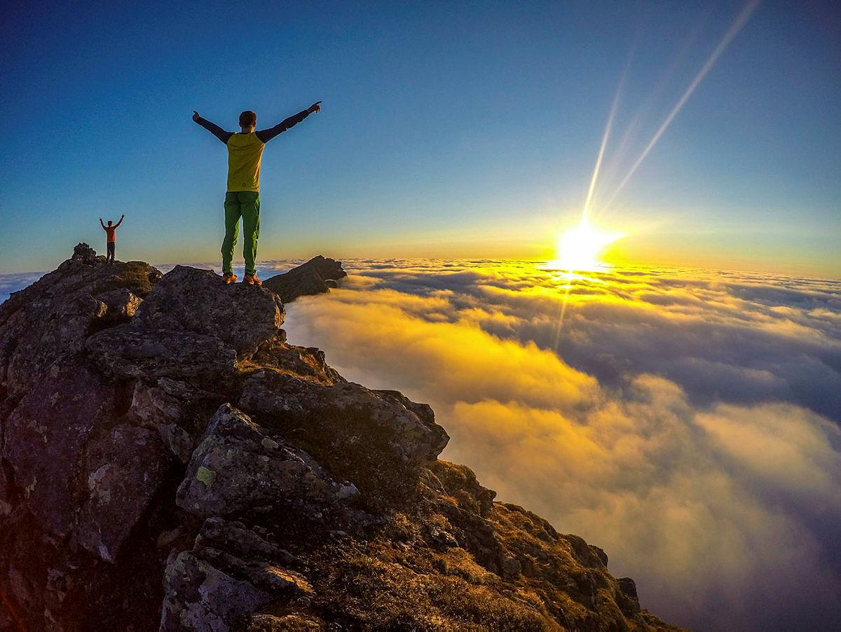 Topptur til Dønnamannen, 858 moh, utenfor Sandnessjøen. Ble belønnet med midnattsol over skyene.  På bildet: Fra venstre -Lars Grønning, Erlend Grønning | Bilder fra DNTs fotokonkurranse-runder i 2016.