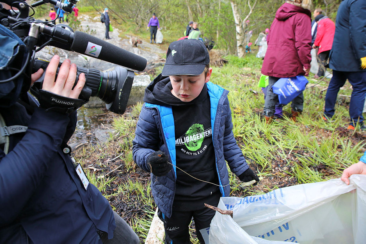 Lukas (11) finner at blekksprut-agn i plast på stranden.