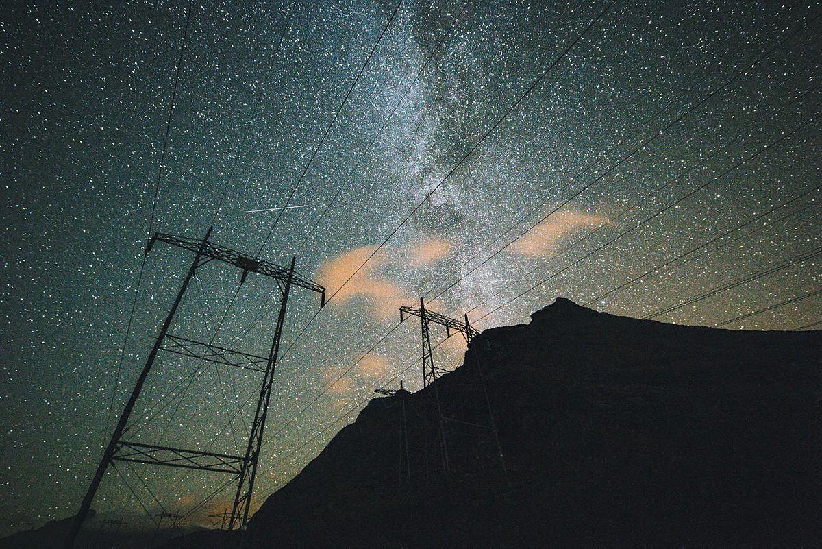 Melkeveien bak høyspentmastene som strekker seg gjennom Vengedalen ved Dalsnibba.