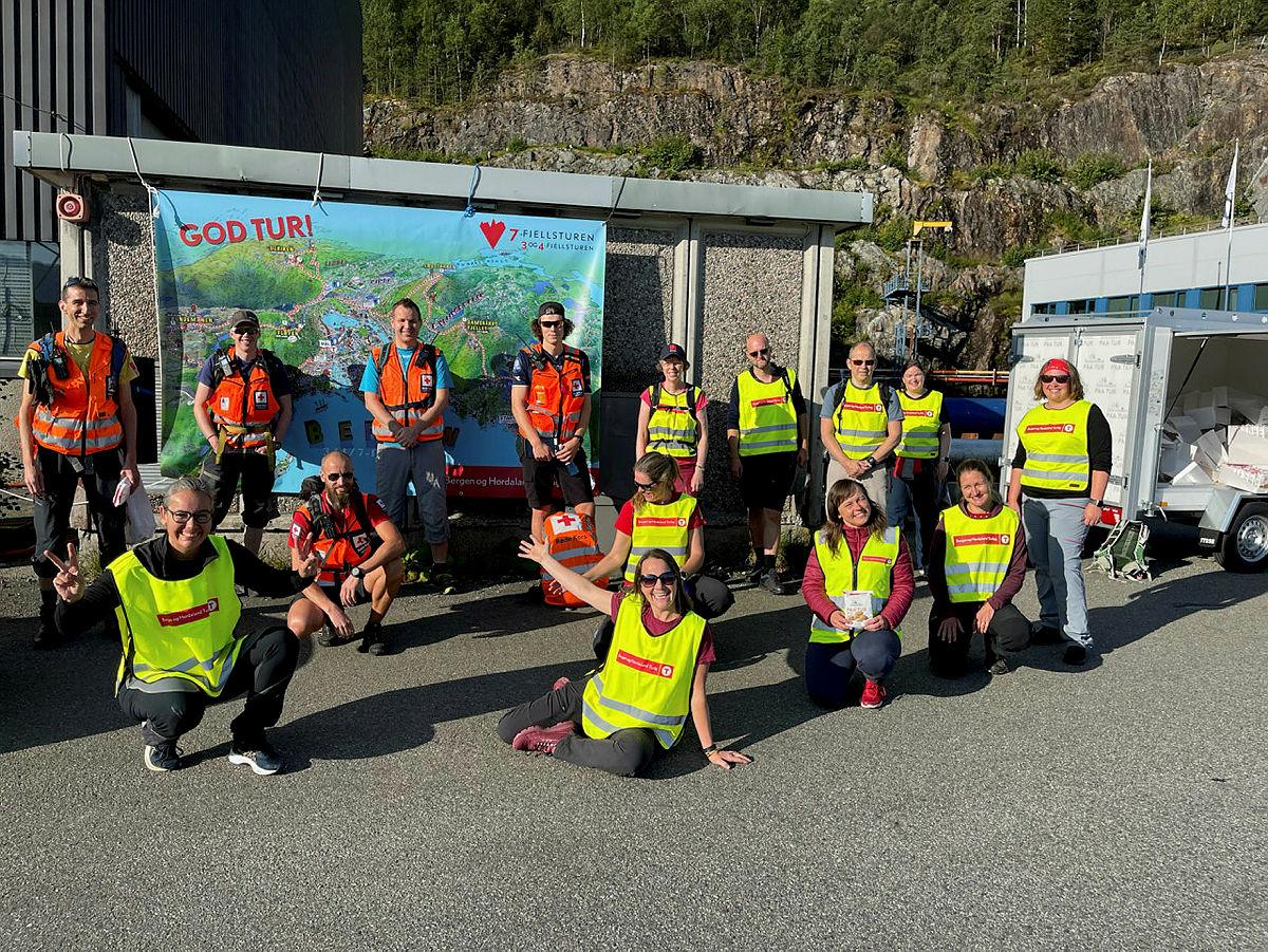 Baktroppen fra Turlaget og Røde Kors og frivillige ved start i Gravdal