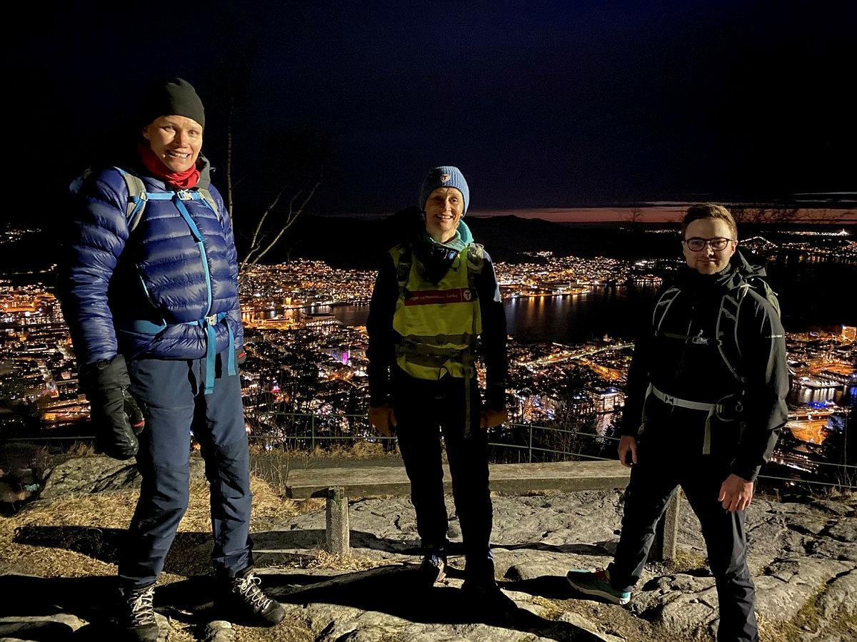 Britt-Karen Spjeld, Helene Ødven og Stian Jean Opdal Davis med utsikt over Bergen.