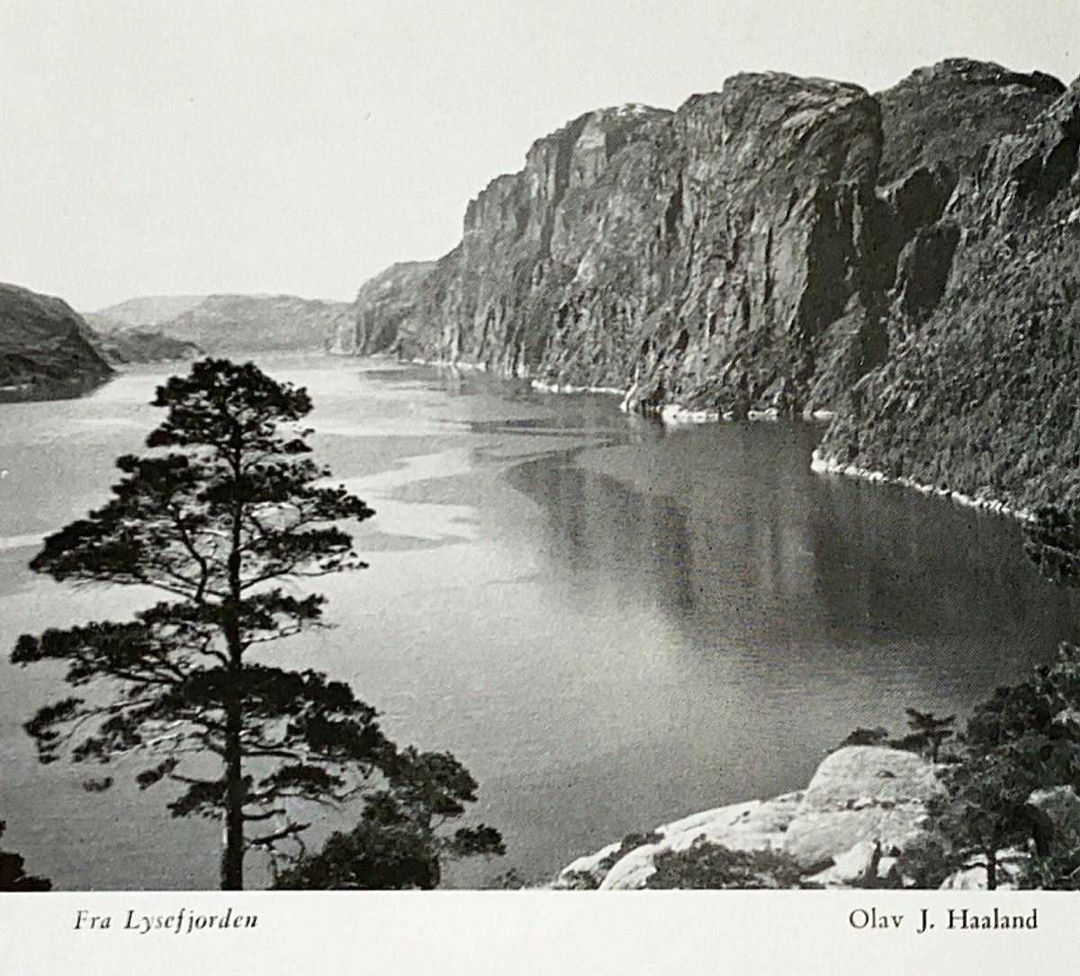 Bidrag i fotokonkurransen i årboka fra 1956. Motivet er mest sannsynlig fra utkikkspunktet ved Bakken gard i Lysefjorden.