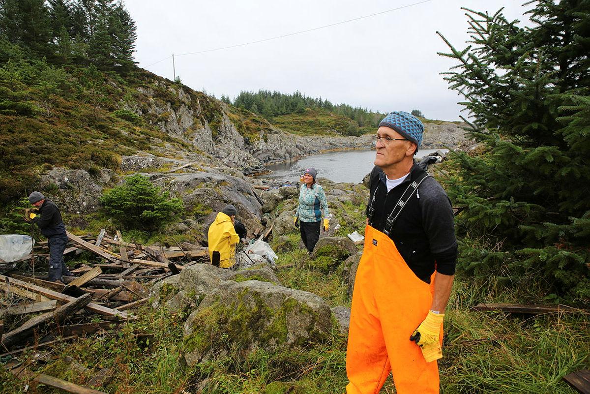 Miljøvernaktivistog styremedlem i Clean Shores Norway, Rune Gaasø ser til at alt går bra for seg.