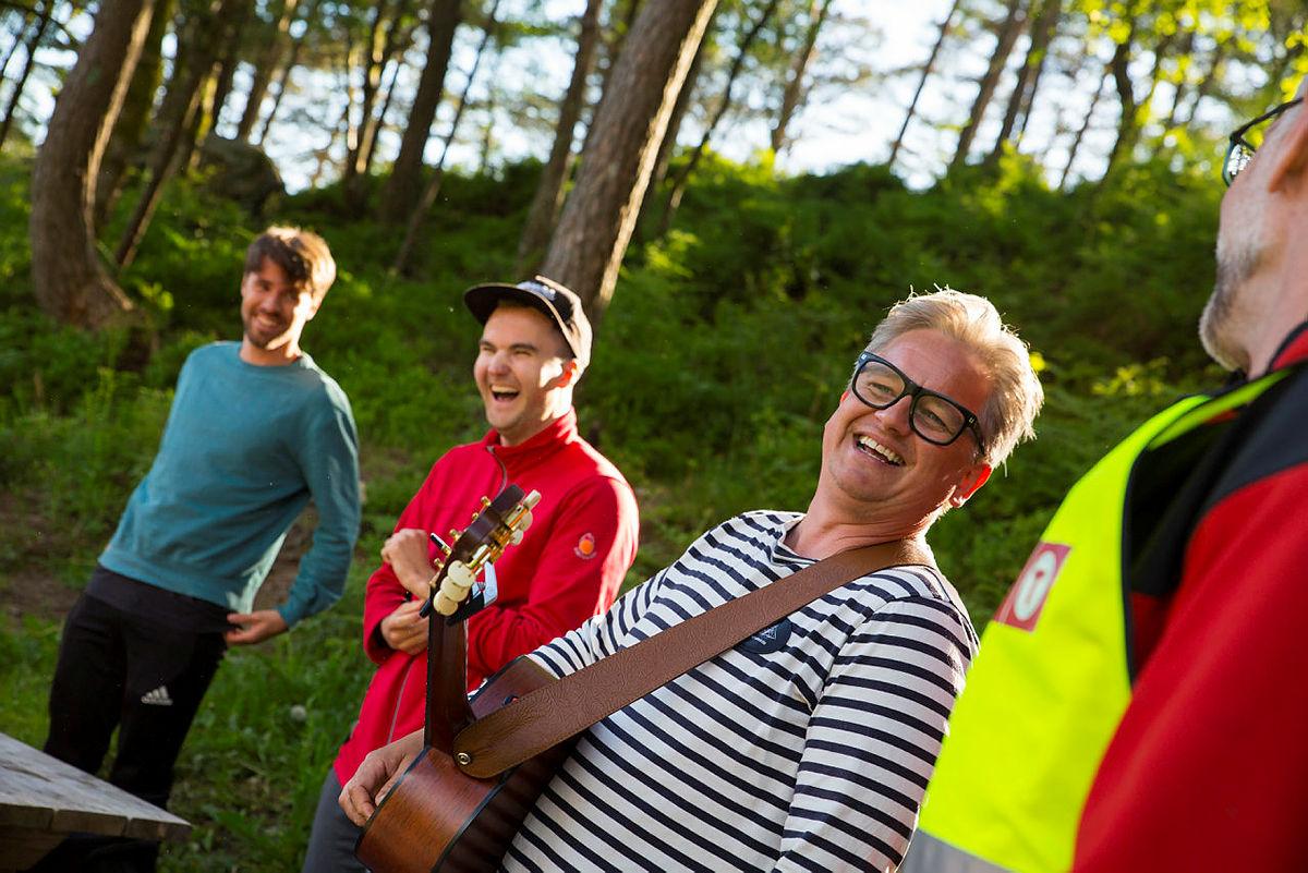 Trubadur Fredrik Elholm inviterer til allsang og bålkos.