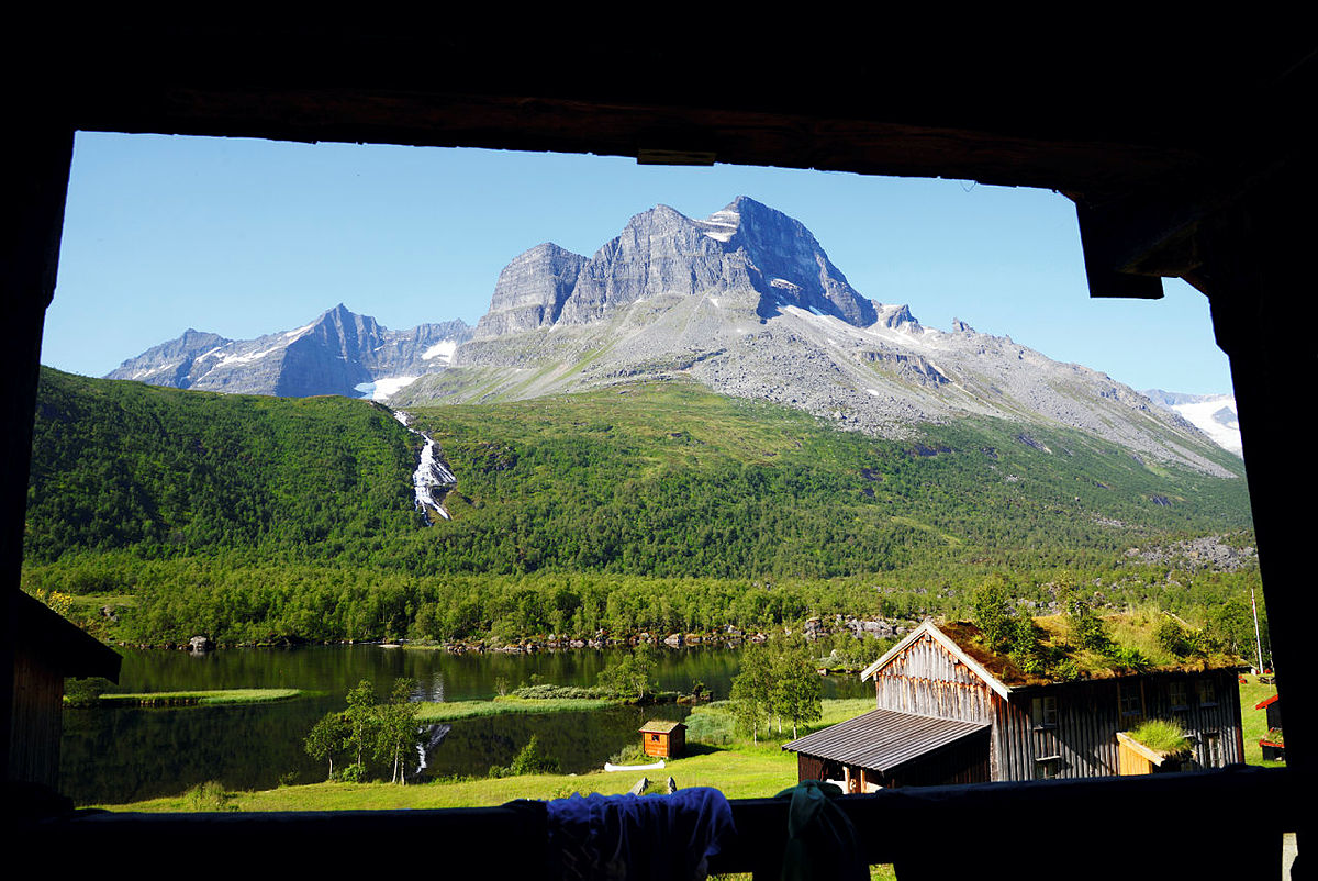 Morgensol over Skarfjellet i Innerdalen på Nordmøre.