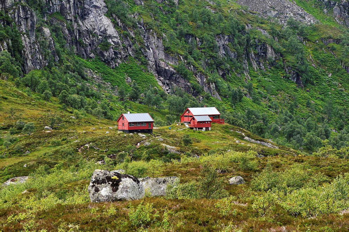 Utsikt mot en av Rogalands fineste og best plasserte hytter; Blåfjellenden. Fra hytten har man et nydelig skue utover dalen.  Lastet opp 22. februar 2016.