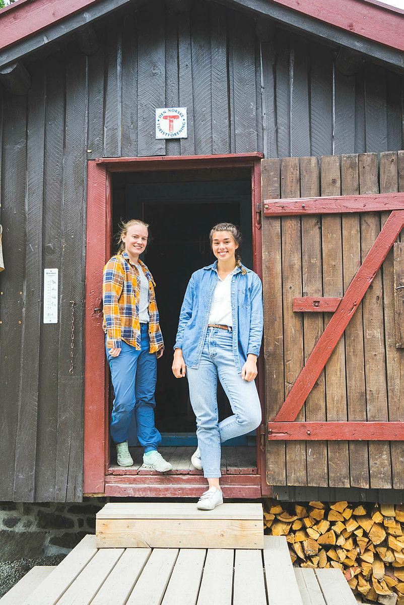 Fjellreporterne Line Hårklau (til venstre) og  Åshild Eikemo Lundh intervjuer ungdom på tur i fjellet om deres forhold til friluftsliv og tur. Prosjektet er et samarbeid mellom DNT og Norsk Folkemuseum.