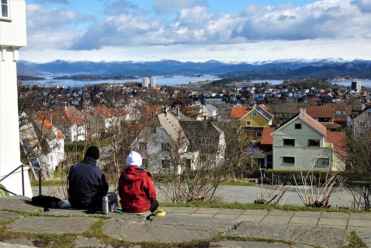 TOPPTUR I BYEN: Utsikten fra Vålandstårnet er imponerende, et perfekt sted å ta med matpakke og termos i påsken.