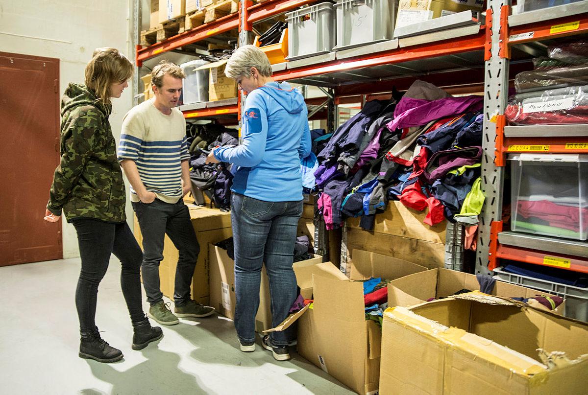 Anne Granerud viser fram jakker som kan brukast til redesign.