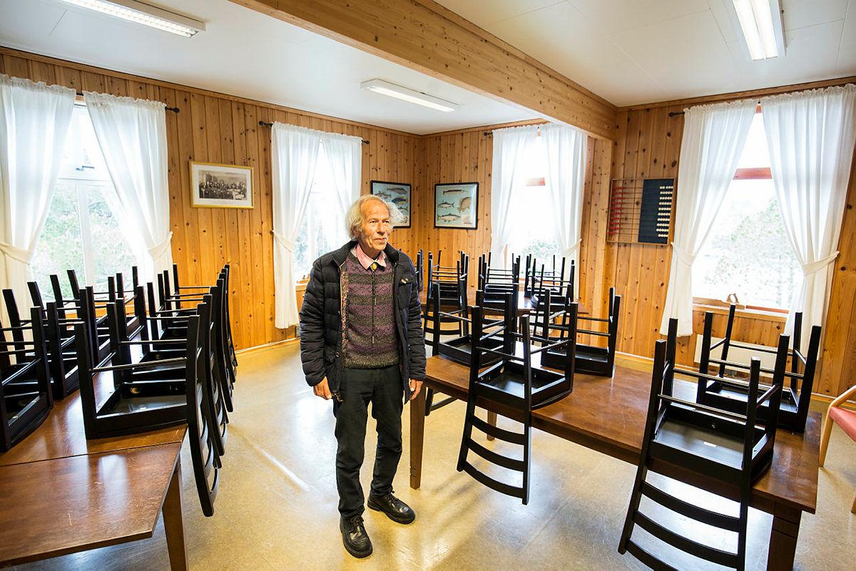 Hans André Sævrøy lar minnene strømme på i det gamle klasserommet. Han var selv elev på Rongevær.