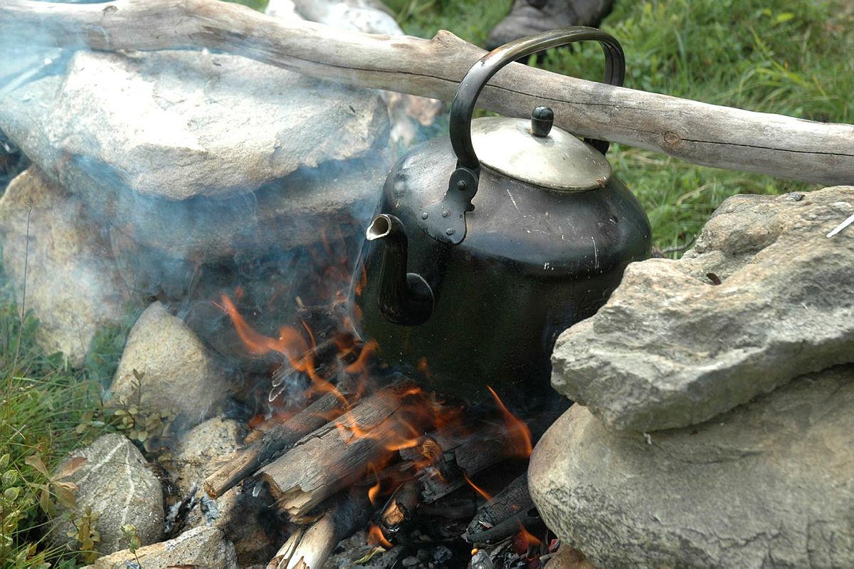 Koking av kaffe i svartkjele på bål.