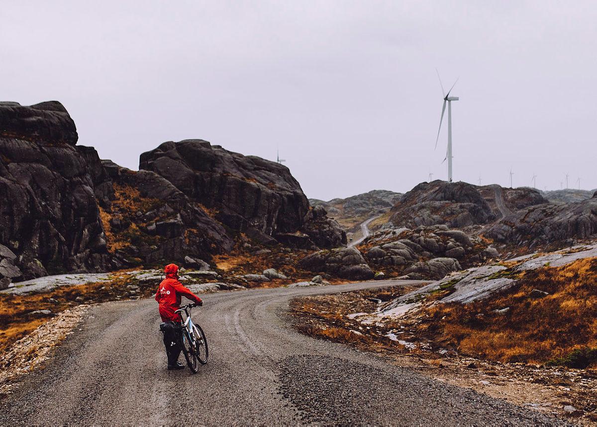 For hver vindturbin bygges det om lag 800 meter gruset anleggsvei gjennom landskapet.