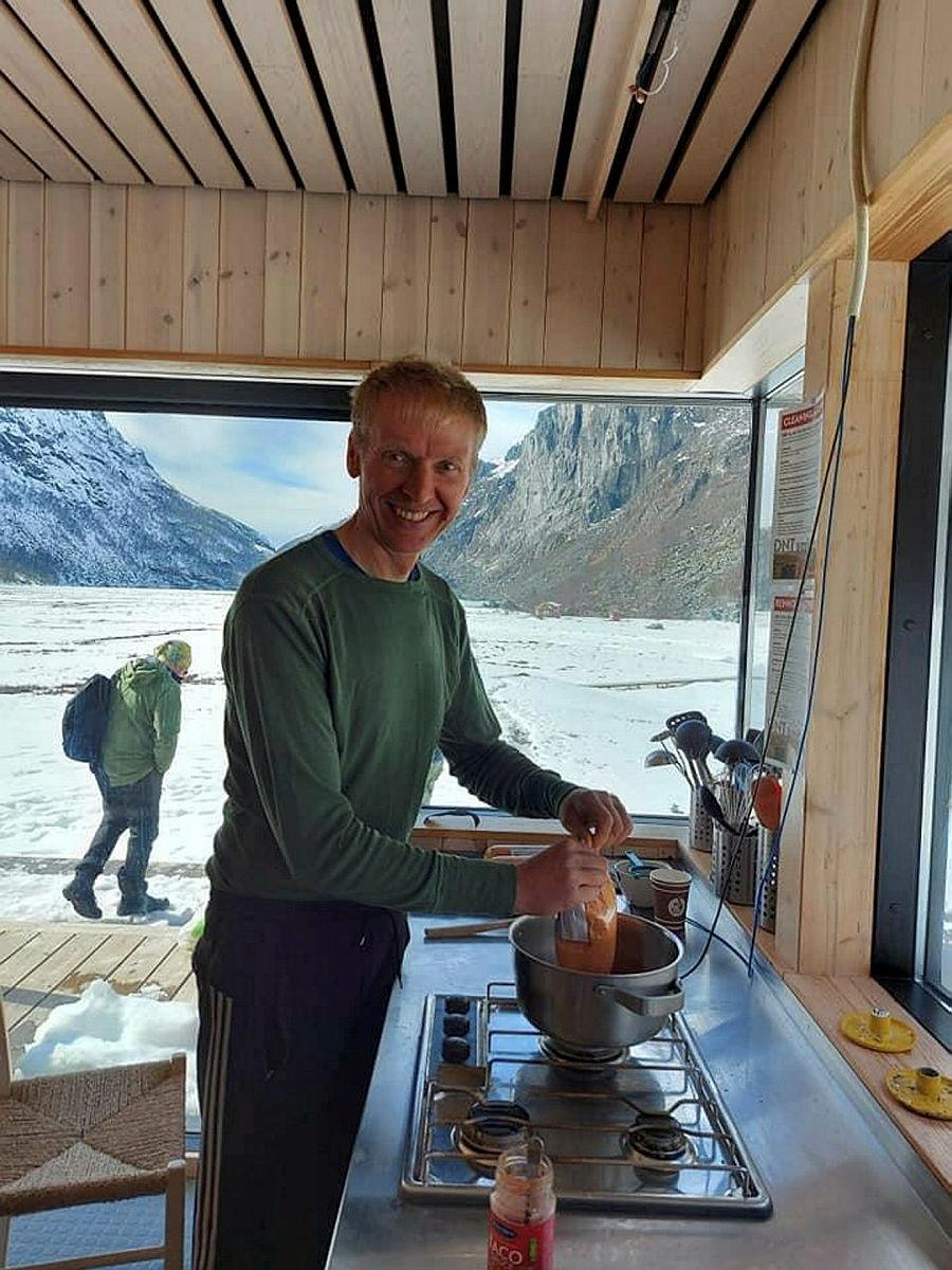 Ole Bjørn Nessa, teknisk dugnadssjef på Viglesdalen, sørger for mat til gjengen