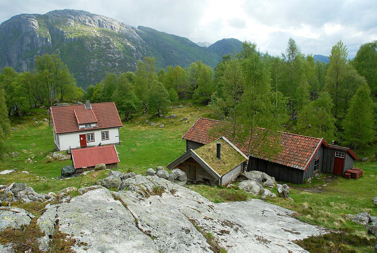 Fjellene i bakgrunnen er på sørsiden av Lysefjorden.