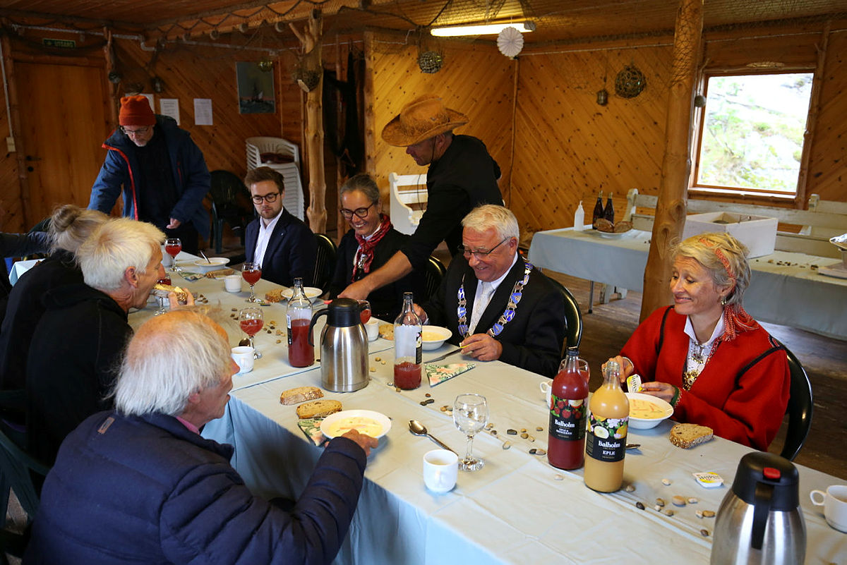 God stemning under fiskesuppe-lunsjen og hytte- og rutesjef Johnny Bjørge trør til som servitør.