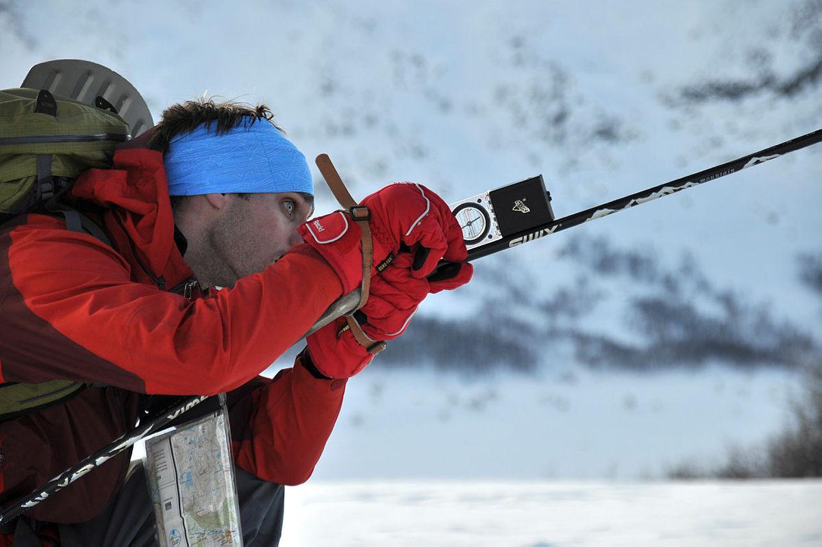 Skredsamling i Hemsedal, februar 09, DNT ung og DNT Fjellsport.Fredrik Smith måler hellinga på terrenget.