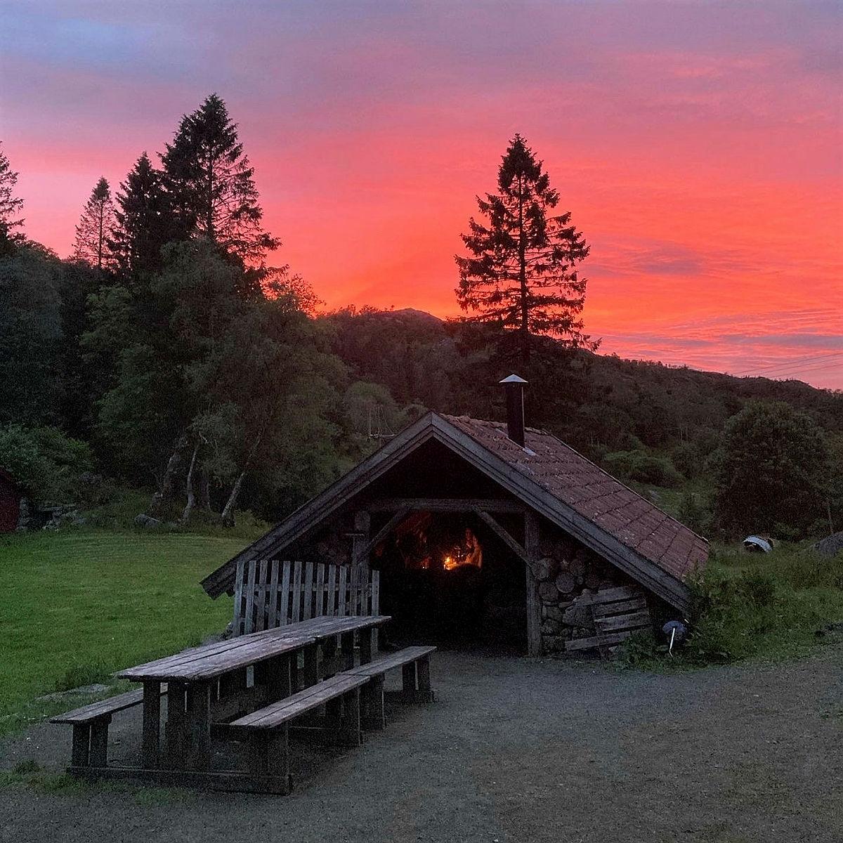 Vakker solnedgang fra grillhytta.