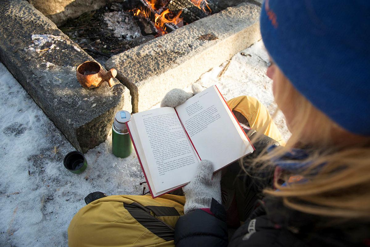 Maria Almli fra Norges Jeger- og Fiskeforbund leser eventyr og serverer kakao ved bålet.