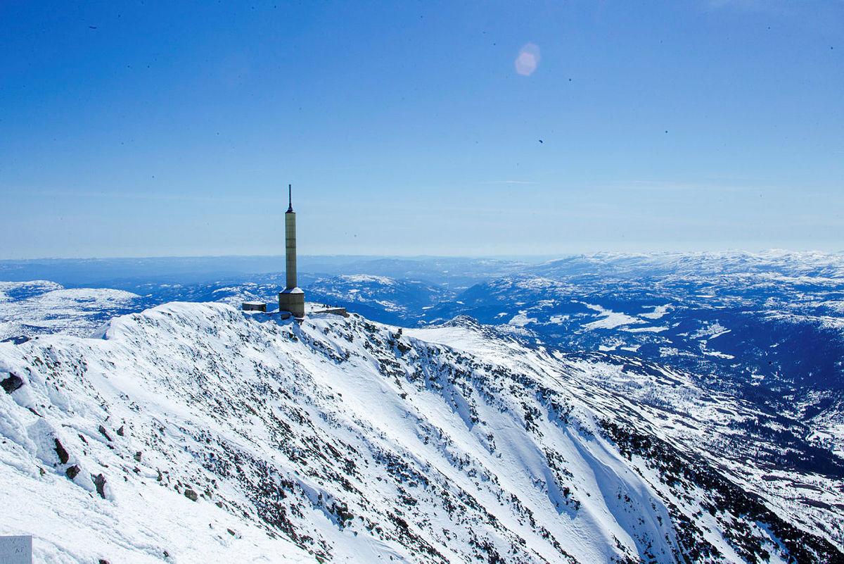 Gaustatoppen Turisthytte sett fra det høyeste punktet.