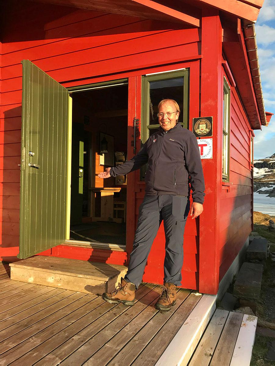 John Anton Nilsen ønsker velkommen til sesongstart på Stranddalen Turisthytte.