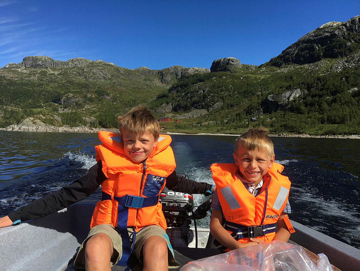 Det blir masse tid til kjekke aktiviteter rundt hytta, selv om du har tatt på deg oppdraget som hyttevakt. På Sandsa turisthytte kan du blant annet ta barna med på båttur!