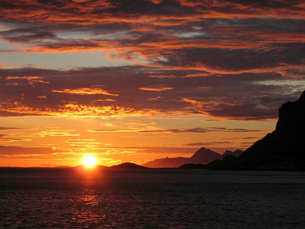 Midnattssol utenfor Kjerringøy.