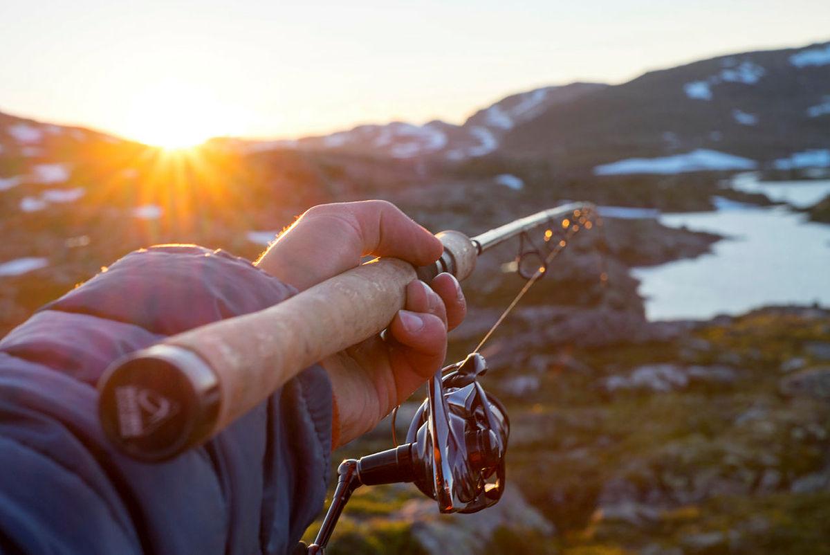 Fiske i solnedgang ved Krossvatn i Ryfylkeheiane.