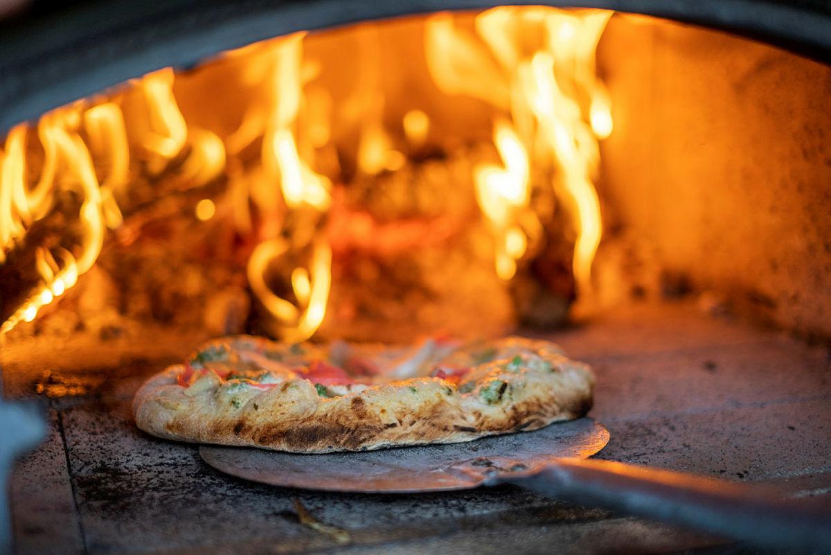 Bakken gard kan skilte med egen pizzaovn hvor du kan diske opp med steinbakt pizza med ditt favorittfyll. En perfekt høstferieaktivitet på Bakken gard.