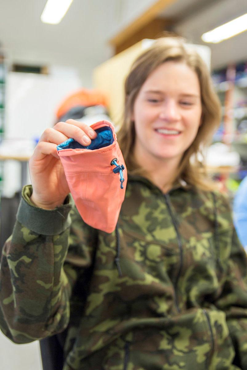 Maria Mathisen har laga seg ein kalkpose av hetta på ei jakke.