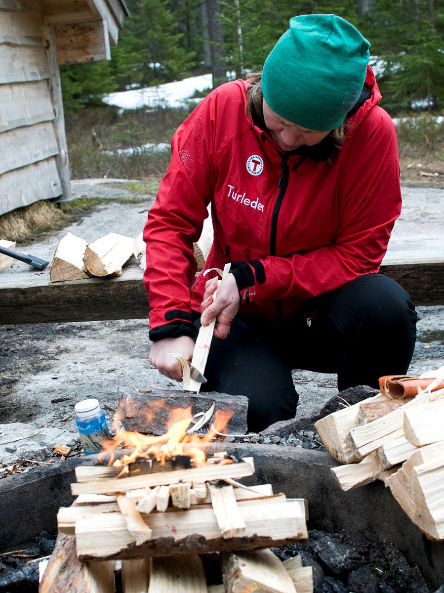 Turleder Anne Mari Planke viser hvordan et skikkelig bål lages.