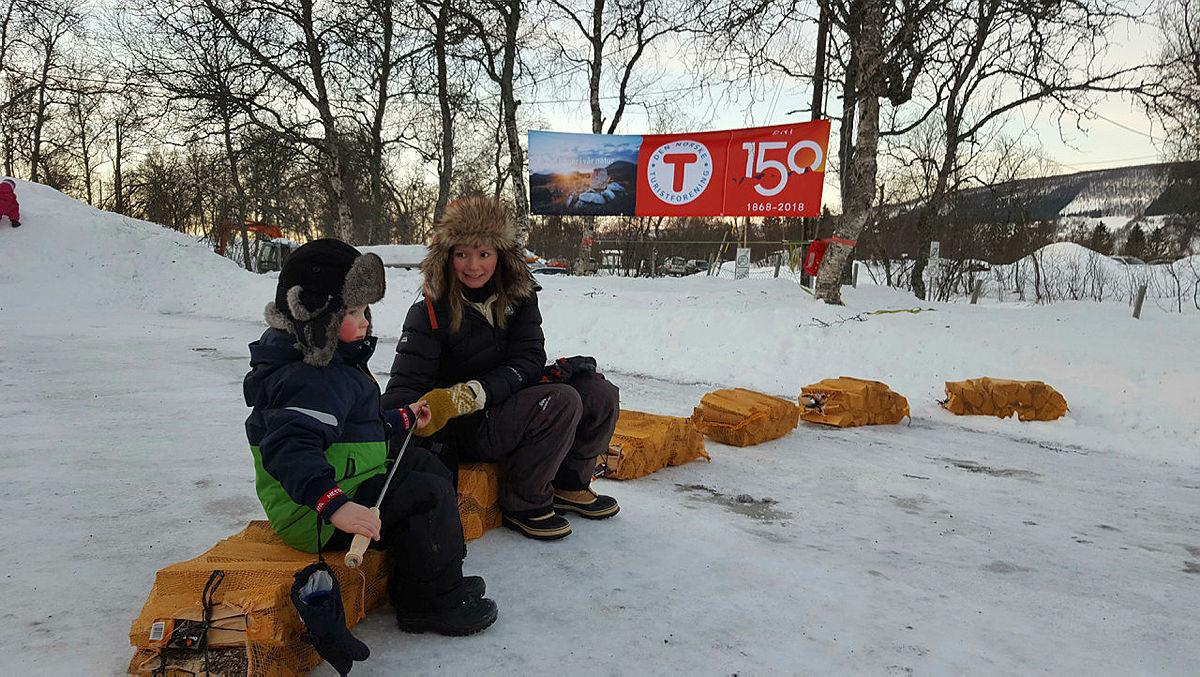 I Harstad hadde turlaget 80 deltakere i bitende kulde. Arrangementet ble derfor flyttet til Folkeparken og Turlagshuset. I -15 ved Turlagshuset, og -18 i Folkeparken ble lista senket til natursti, slakk line, aking og bålkos - en flott dag for deltakerne.