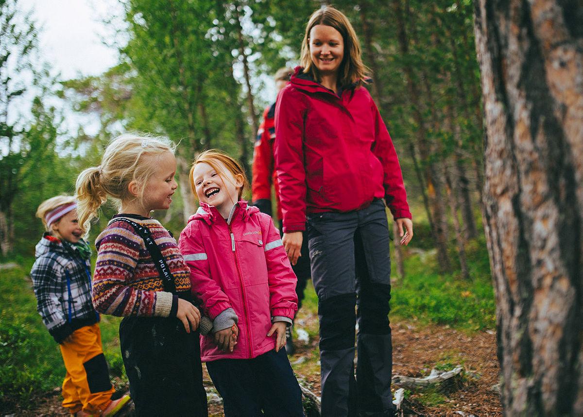 Ta med barna på tur i skogen.