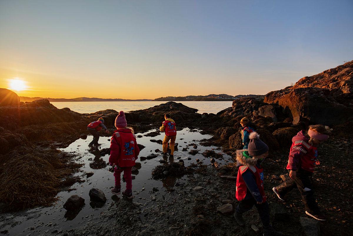 Barn elsker å utforske livet i fjæra