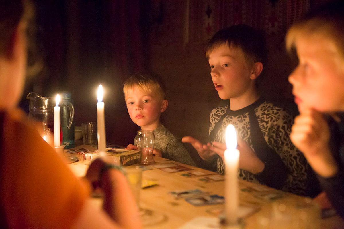 Her koser barna seg med spill på Selhamar etter en lang dag ute.