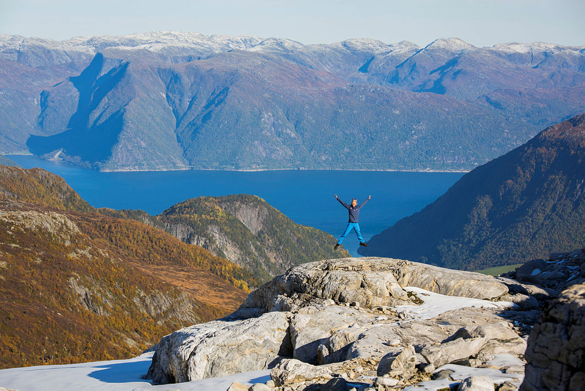Siste etappen på turen er enestående når du trasker nedover mot Ortnevik, passerer Brydalseter og ser Sognefjorden foran deg.