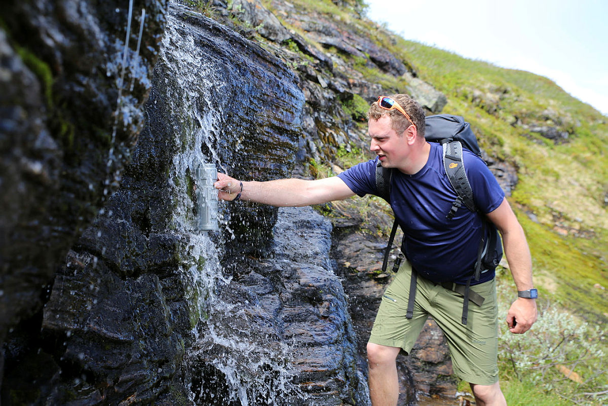 Under lange fjellturer er væskebehovet fra 3 til 5 liter i døgnet. Man trenger gode rutiner for å få i seg nok drikke. Bildet er tatt på Dronningstien mellom Kinsarvik og Lofthus.