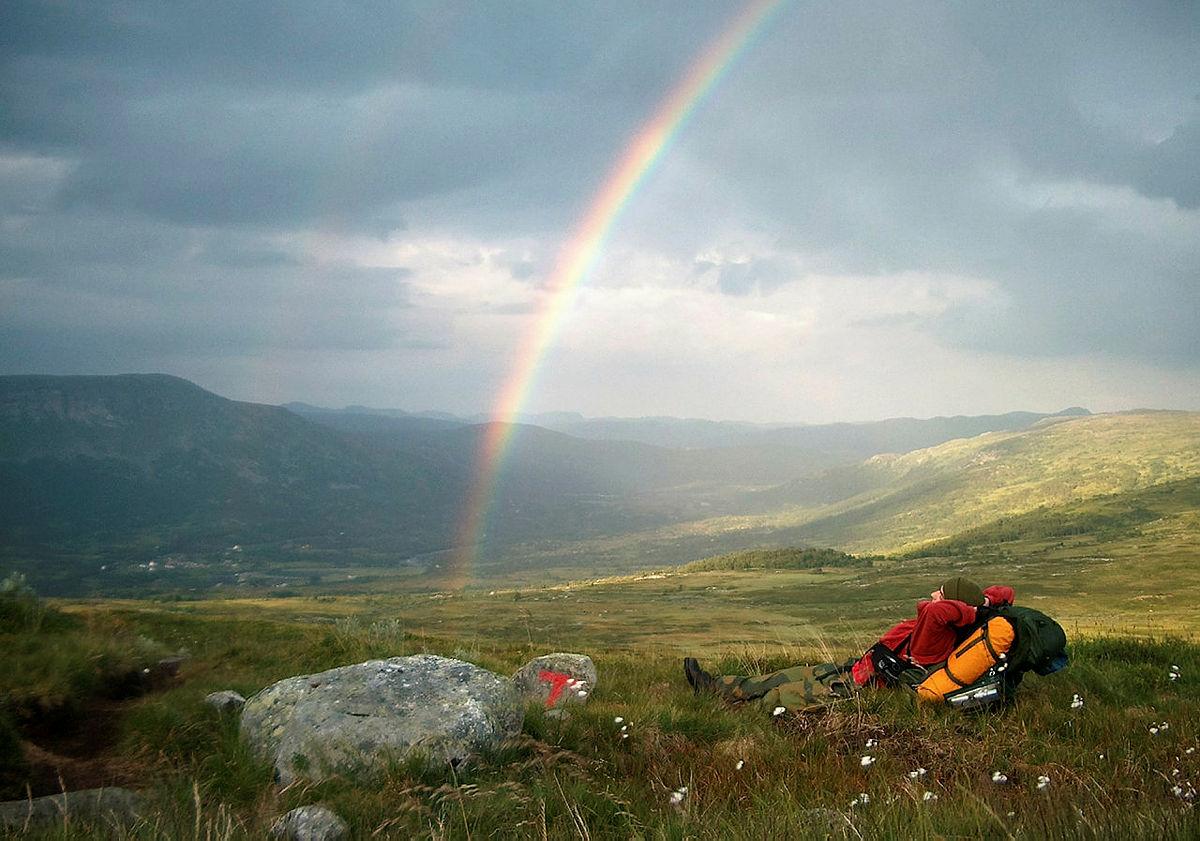 Bilde er tatt på vei fra Garden til Viveli på Hadangervidda. Min sønn Thomas Langeland tar en pause for å nyte regnbuen.