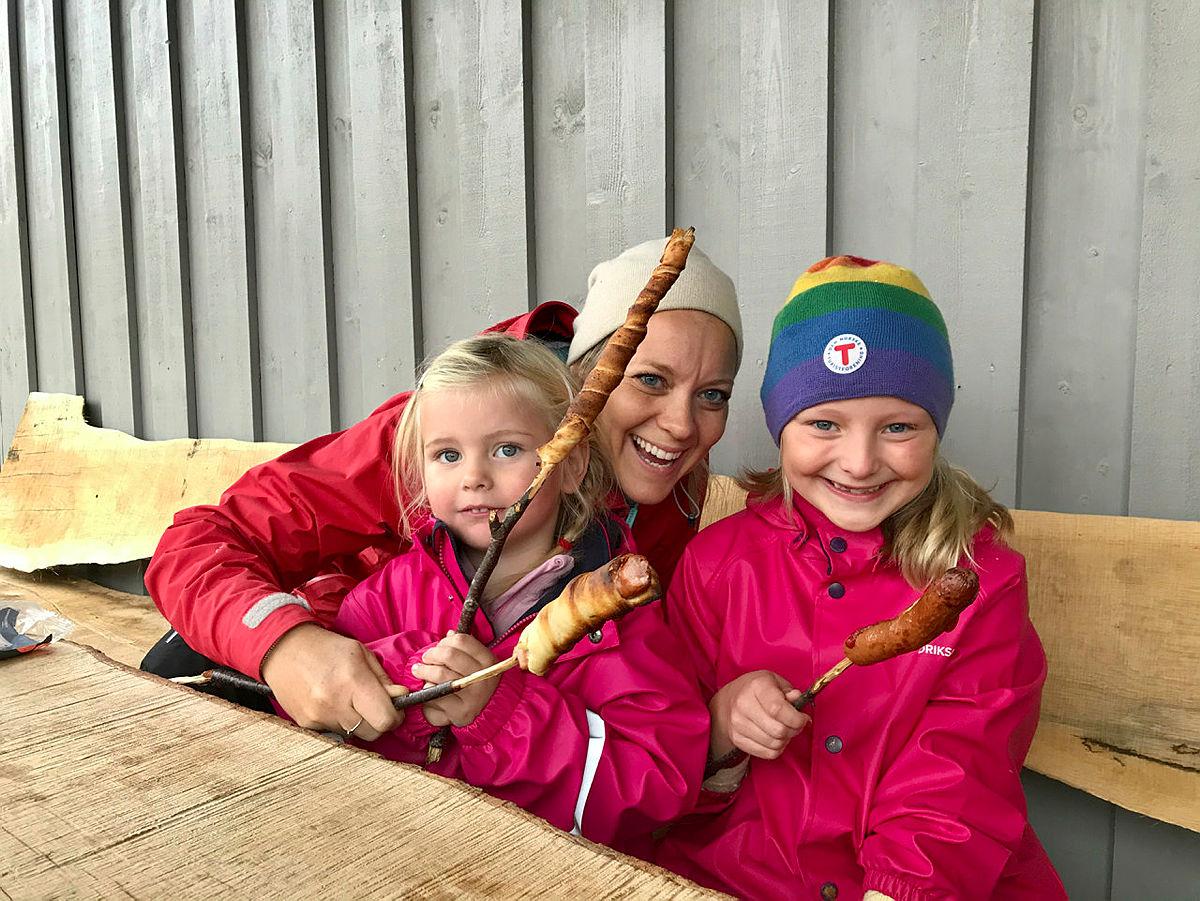 Pinnebrød-baking ved grillplassen på Bakken er gøy!