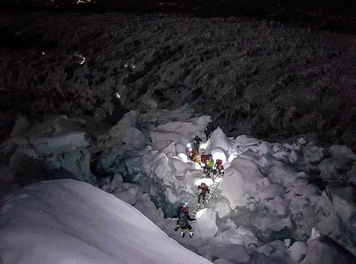 7.En måneds tid etter ankomst basecamp er man ferdig akklimatisert. Da kan turen til toppen starte. Her har vi forlatt basecamp og begynt på brefallet. Det er midt på natten. Da er det kaldt og minst risikabelt i brefallet.