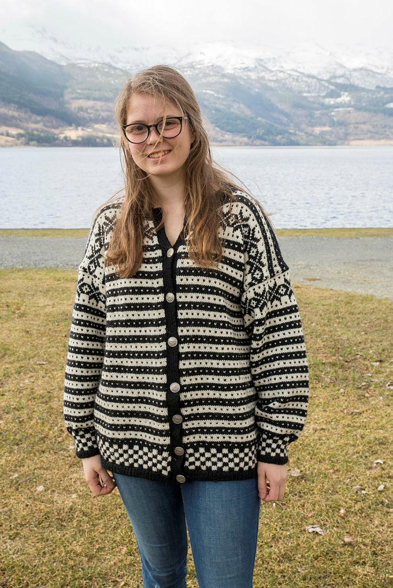 Mari Ingeborg Hope Nesse med ullgenser på Landsmøtet til DNT ung.