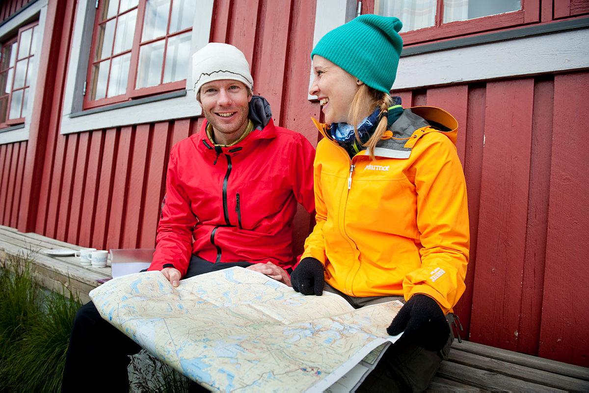 Vinjerock 2012. Erika Tollsten (22) og Ola Alsterholm (32) studerer kartet for å planlegge en tur til Langeskavltind.