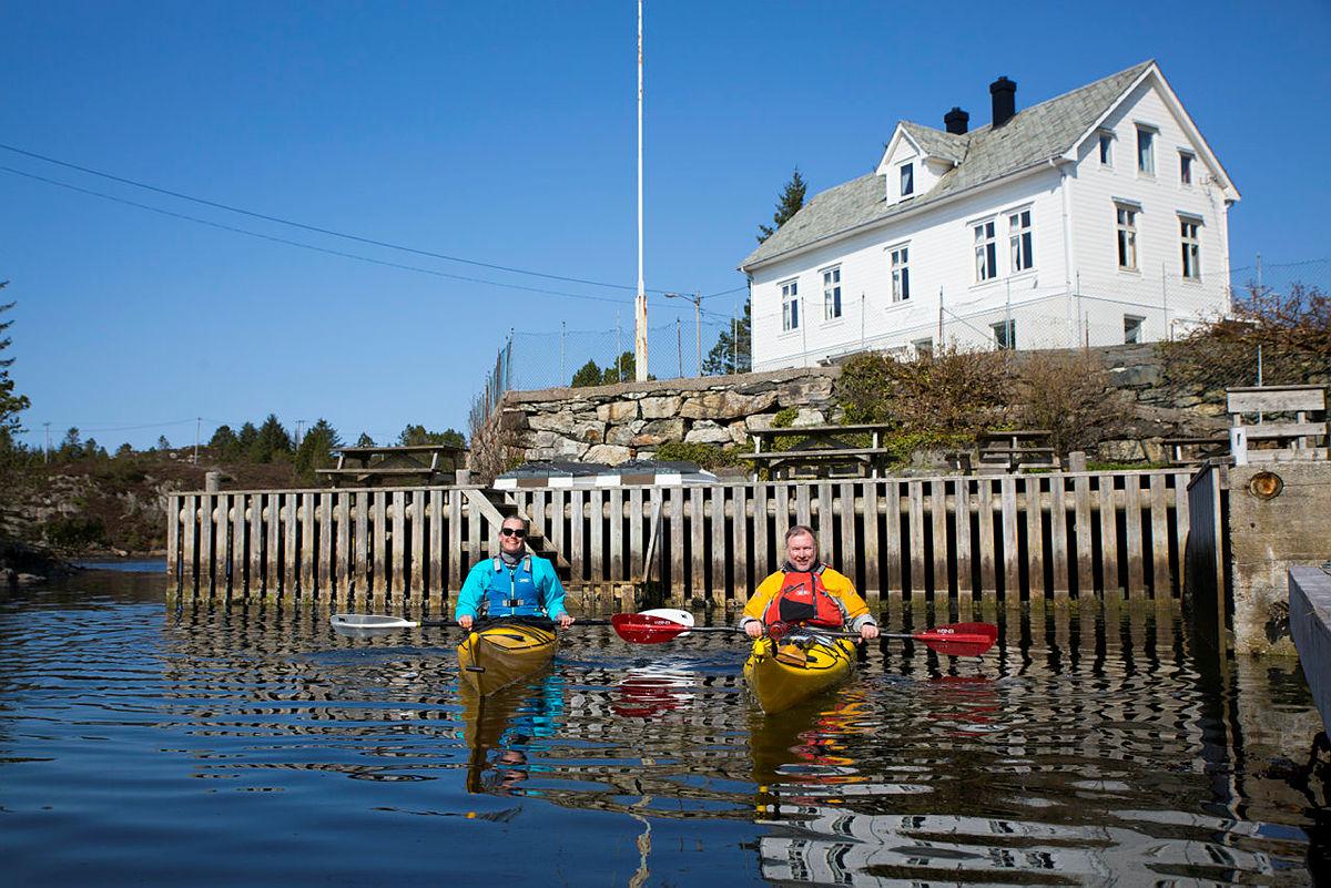 Styreleder i Turlaget, Elisabeth Skage, på padletur ved Rongevær sammen med styreleder i Nordhordland Turlag, Børge Brundtland.
