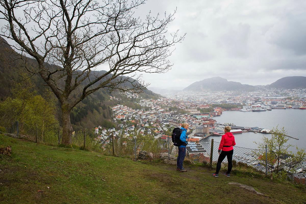 Helene Ødven og Beate Husa på toppen av Permisjonsstien.