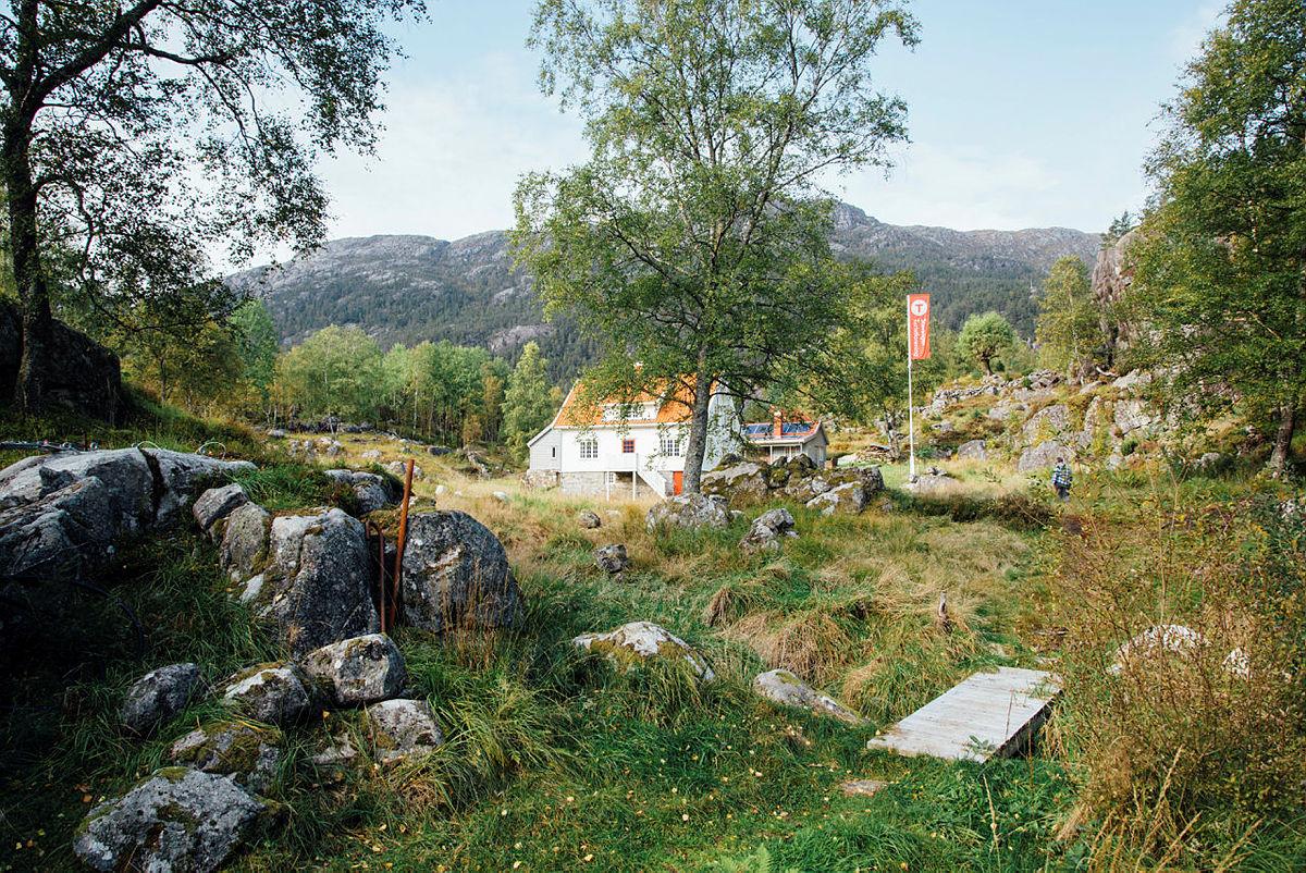 Nyrenoverte Bakken gard er en perle i Lysefjorden!