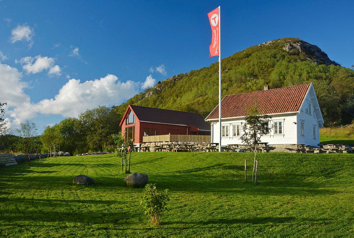 Flotte omgivelser rundt Gramstad-huset og Friluftslåven, begge tilgjengelig for utleie.