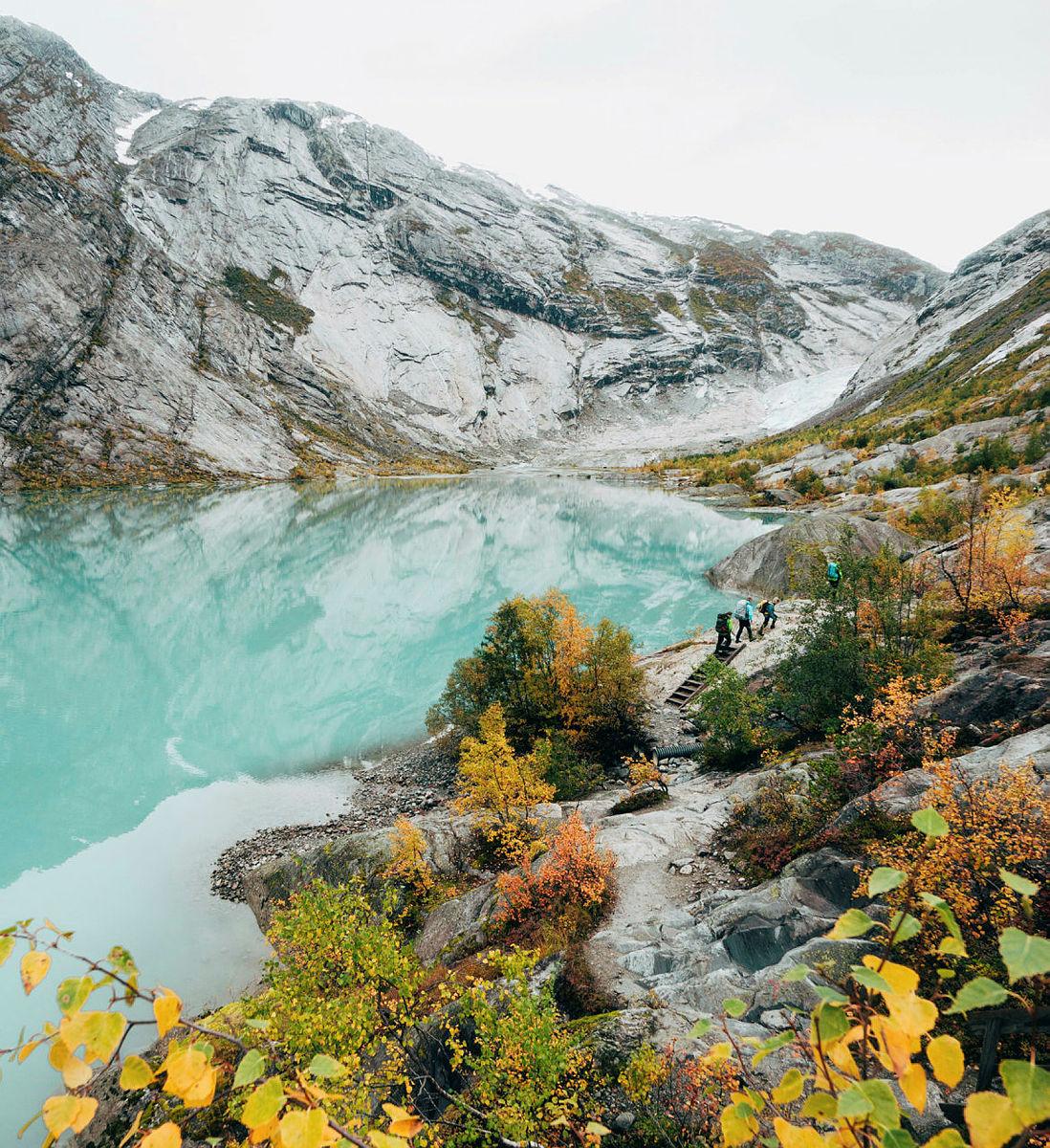Fire turgåere på vei inn til Nigardsbreen i Jostedalen, en brearm av Jostedalsbreen. Finalist i fotokonkurransen høsten 2018.