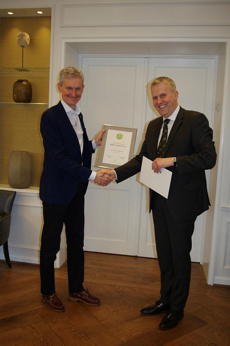 Nils Øveraas mottar Miljøvernprisen 2017 av styreleder Paul J. Manger i Stiftelsen UNI.